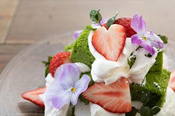 川越産ホウレン草と苺のトライフルケーキ